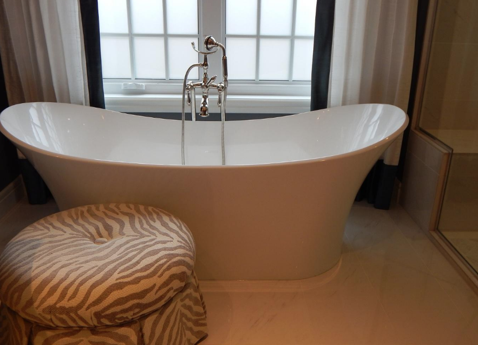 Freestanding versus Built-in Bath: Which One Do You Need?