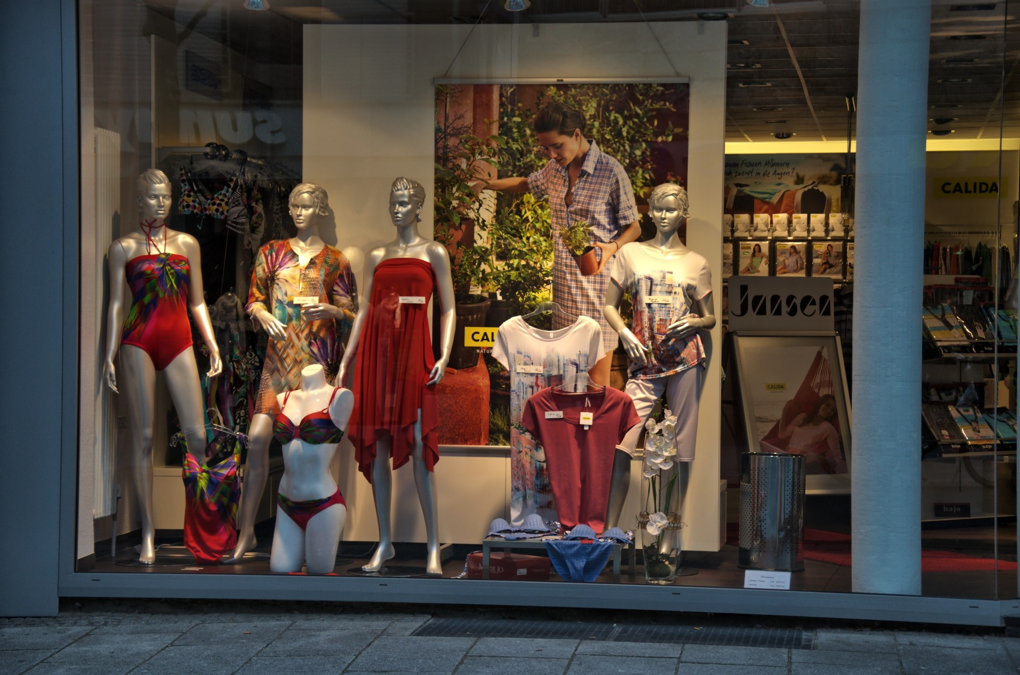 How to Create a Window Display That Pulls in Customers